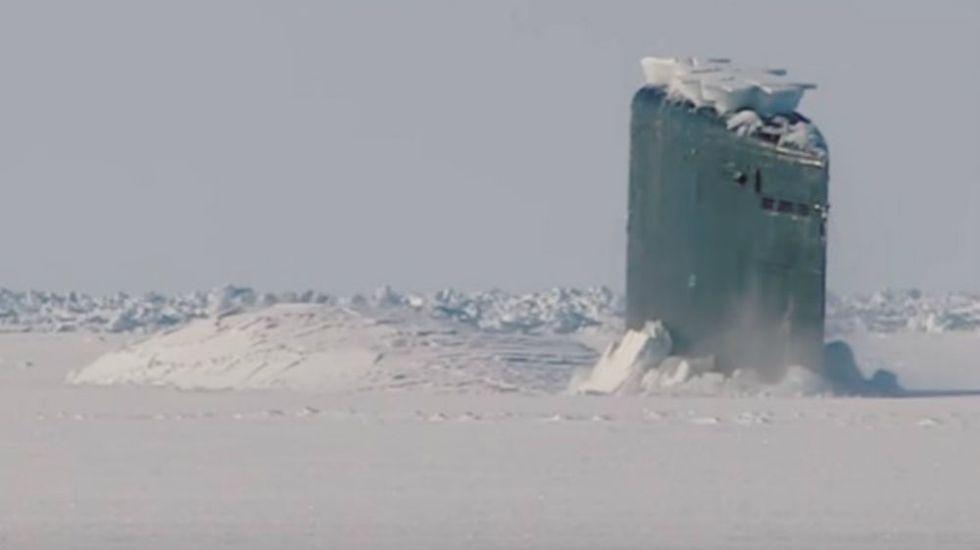#Video El espectacular momento en que un submarino rompe el hielo en el Ártico - Foto: Youtube.
