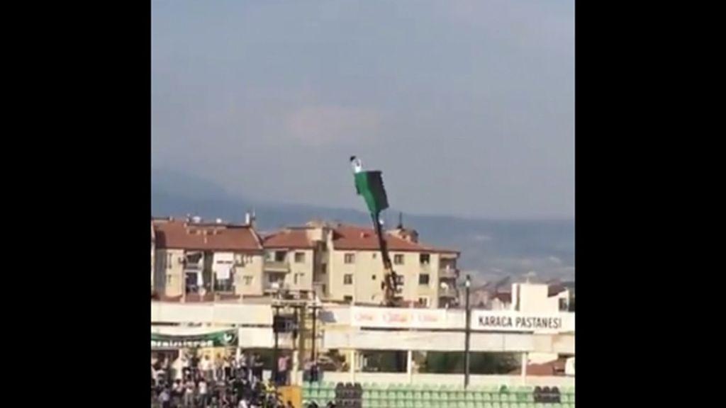 #Video Aficionado apoya a su equipo desde grúa