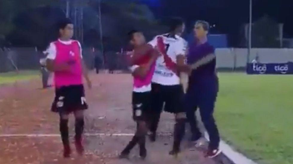 #Video Futbolista empuja a director técnico en Bolivia - Captura de pantalla