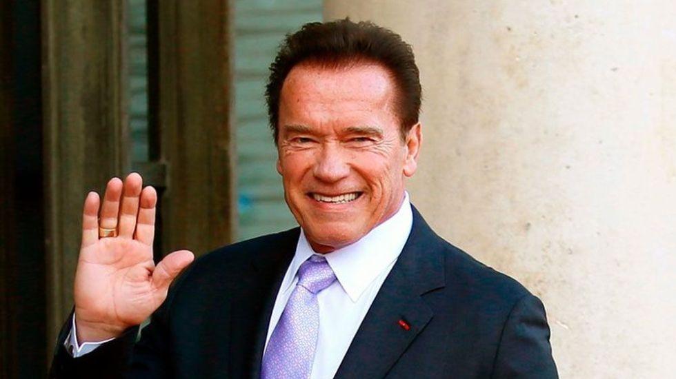 Schwarzenegger sale del hospital tras operación - Foto de AP