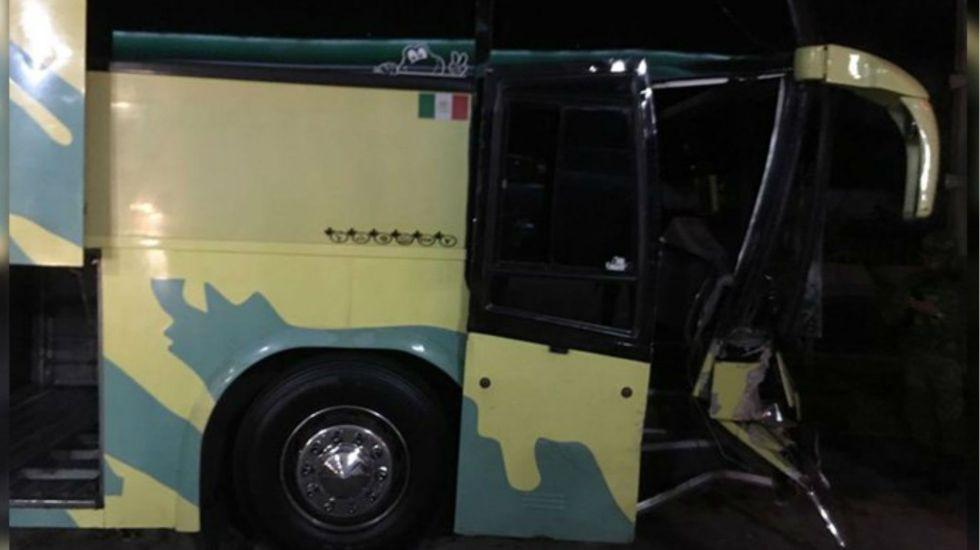 Balean autobús en la Autopista del Sol, hay cuatro turistas heridos