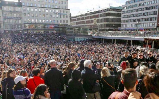 #Video Fanáticos rinden homenaje a Avicii en Estocolmo - Foto de @EDMNYC