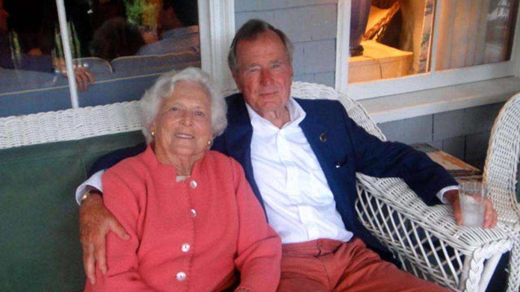George H. W. Bush en terapia intensiva por infección - Barbara (izq.) y el expresidente George Bush. Foto de Biography.