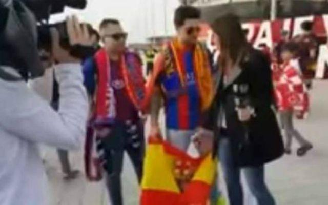 Barça TV obliga a un aficionado a esconder bandera española - Foto de Youtube