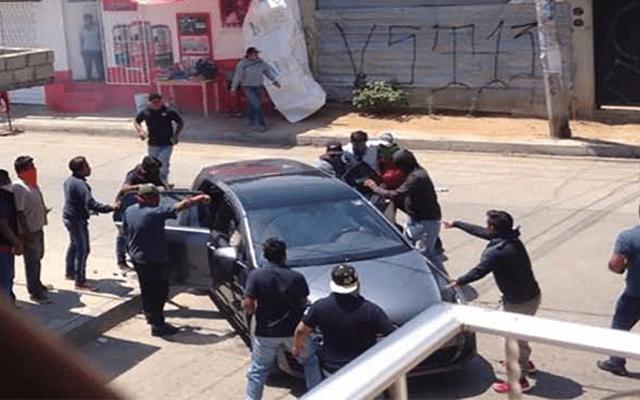 #Video Mototaxistas de Oaxaca vandalizan viviendas durante enfrentamiento - Foto de Internet