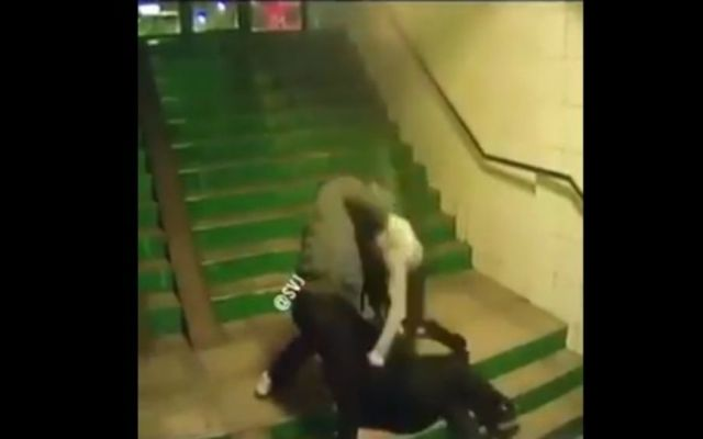 #Video Sujetos golpean salvajemente a pensionado en Rumania - Foto. Youtube.