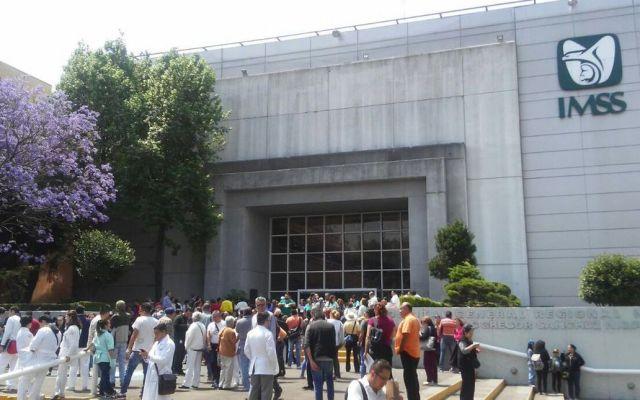 Desalojan hospital del IMSS en la Del Valle por olor a gas - Foto de @PrensaLyO