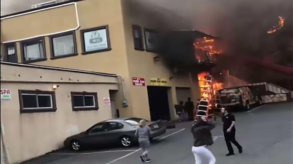 #Video Jóvenes saltan de edificio en llamas - Captura de pantalla