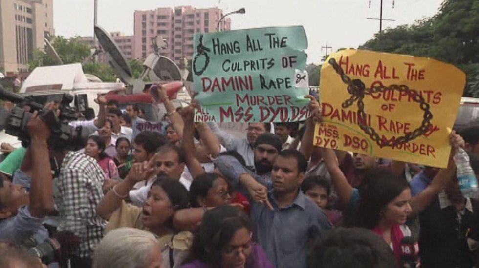 India aprueba pena de muerte para violadores de menores