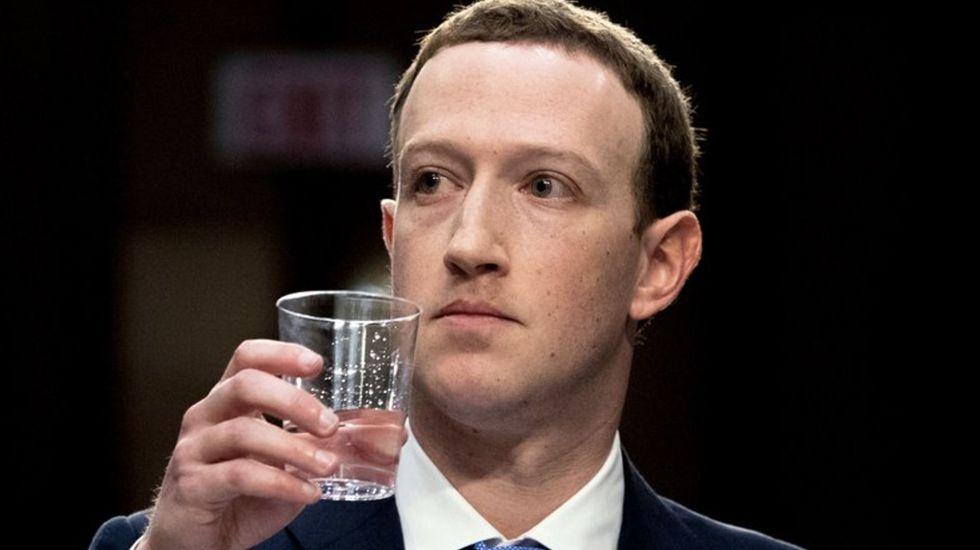 """Zuckerberg asegura que Facebook """"no vende datos personales"""" de sus usuarios - Foto de AP"""