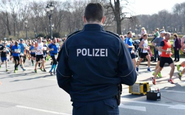 Policía frustra ataque con arma blanca en medio maratón de Berlin - Foto de AP