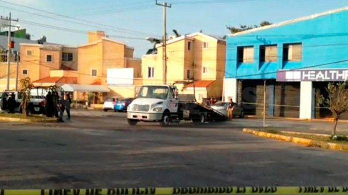 Reportan presunto hallazgo de cuerpos dentro de un auto, en QRoo