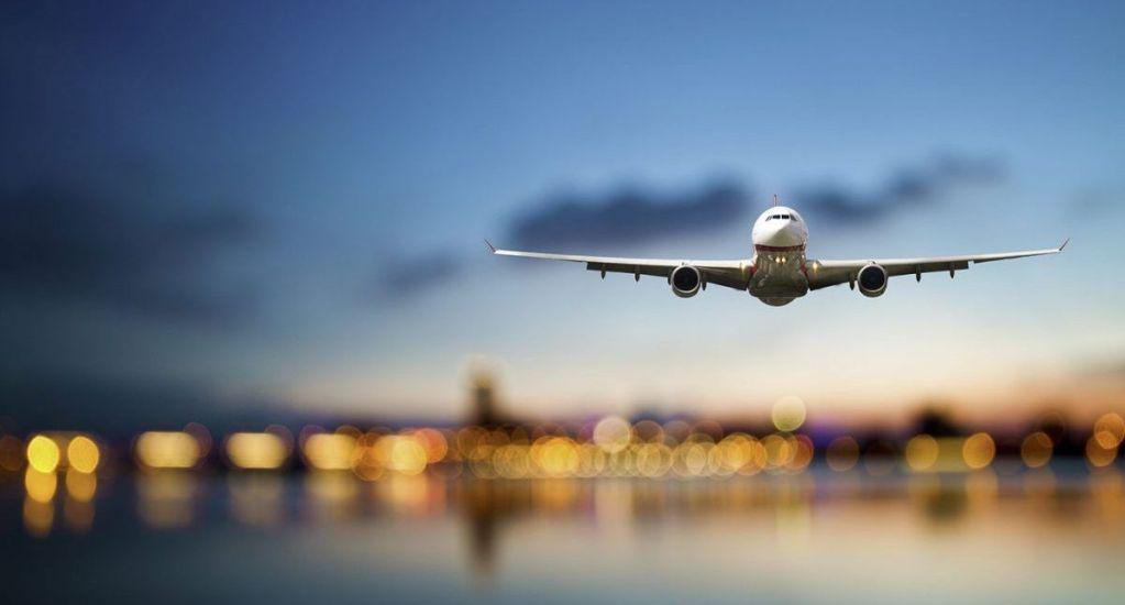 ¿Qué pasa si no ponemos en modo avión los celulares durante un vuelo? - Foto de archivo