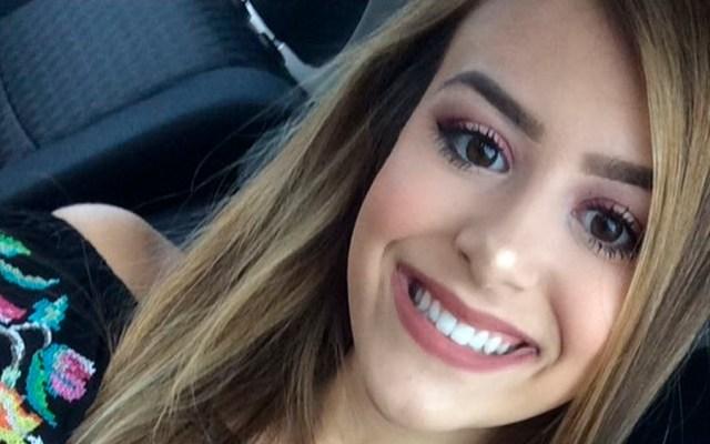 Mueretras desabrocharse cinturón de seguridad para tomarse selfie