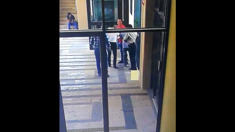 Candidato a diputación en Sinaloa agrede a vigilante en el Congreso - Captura de pantalla