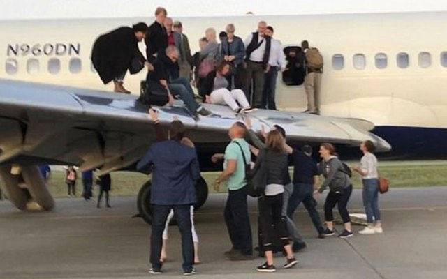 #Video Pasajeros abandonan avión por las ventanas por humo en la cabina