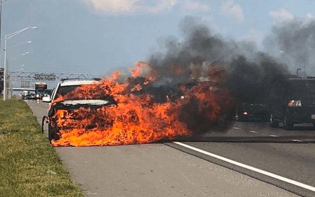 #Video Camioneta se incendia mientras conductora maneja sin notarlo