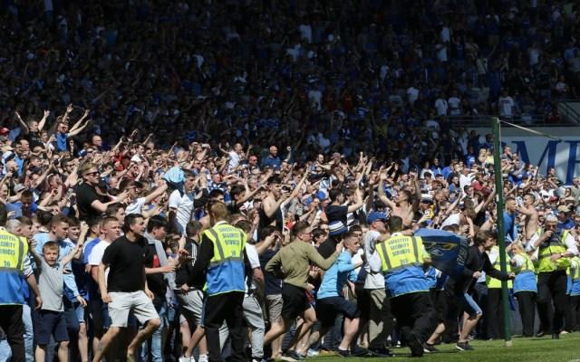 #Video Invaden cancha por ascenso del Cardiff City - Foto de Huw Evans Picture Agency