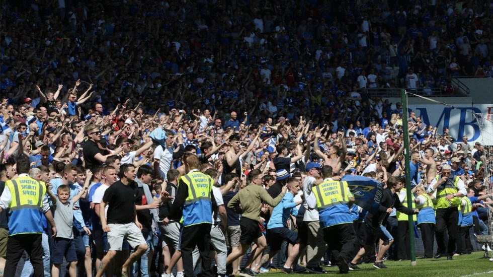 #Video Invaden cancha por ascenso del Cardiff City - Foto de Huw Evans Picture Agency