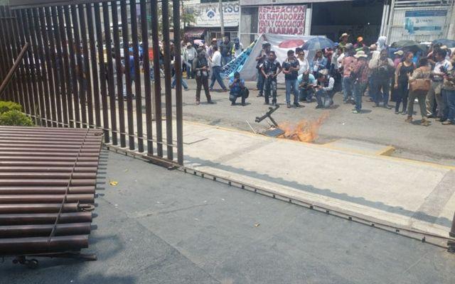 Integrantes de la CETEG realizan destrozos en el Congreso de Guerrero - Foto de Marcial Campuzano
