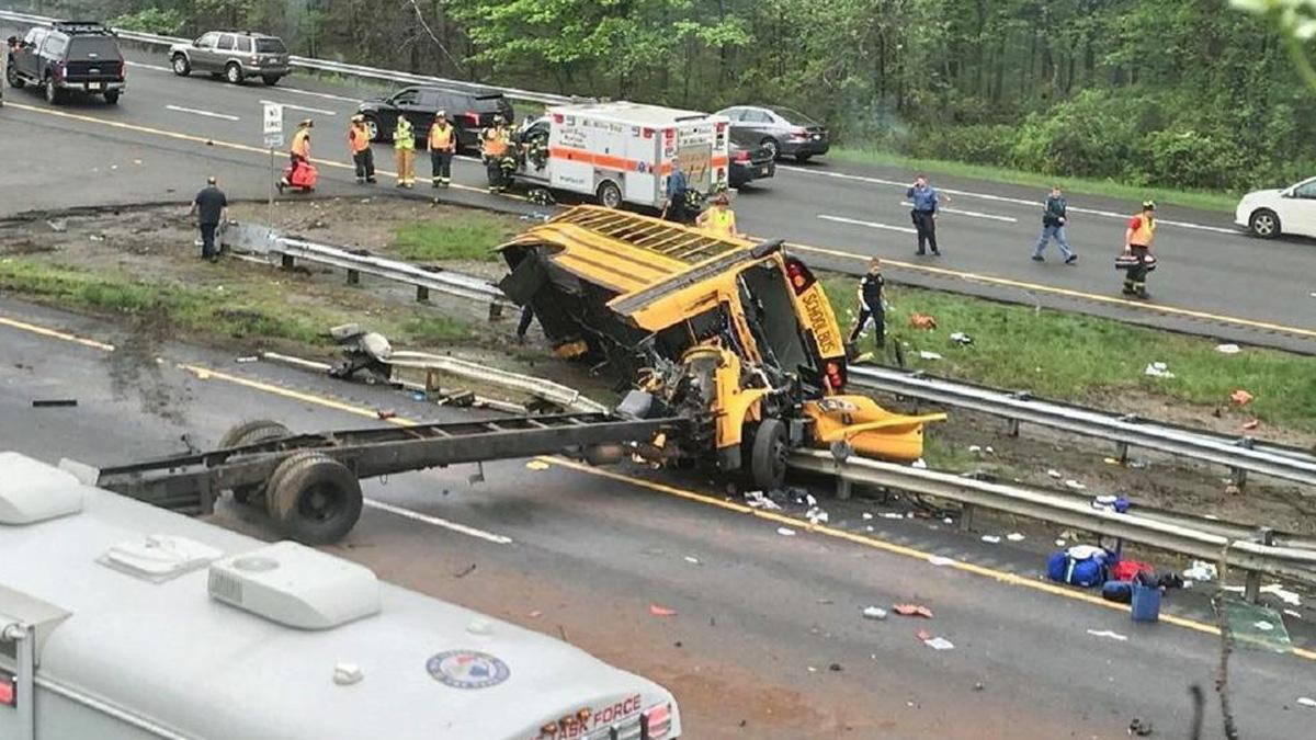 Choca autobús escolar en Nueva Jersey; hay al menos 10 heridos