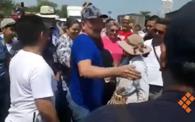 Aplauden y abrazan a 'El Abuelo' en Tepalcatepec tras liberación - Foto de Quadratín