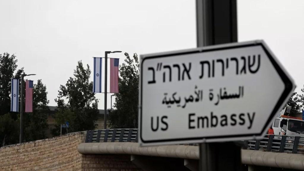 Colocan señalizaciones de embajada de EE.UU. en Jerusalén - Foto de Thomas Coex/AFP
