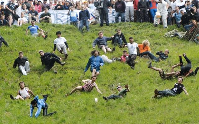 #Viral Así celebran el 'Festival del queso rodante' en Inglaterra - Foto de Mirror UK