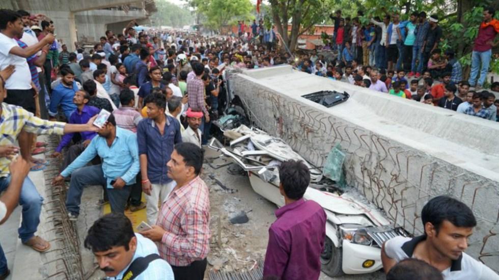 Colapso de paso elevado en la India deja al menos 16 muertos