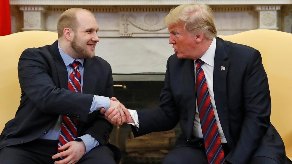 Trump recibe a ciudadano de EE.UU. encarcelado en Venezuela - Foto de AP