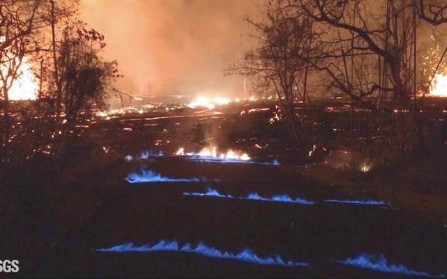 Esta fotografía de un video captado por el Servicio Geológico de EE.UU. muestra llamas de gas metano azules en el vecindario Leilani Estates en la Isla Grande de Hawai. Foto del USGS