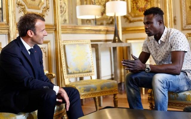 Francia concede nacionalidad a migrante que salvó a niño en París - Foto de AP
