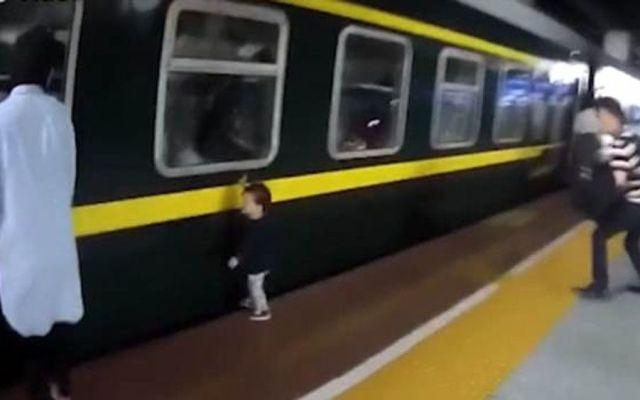 #Video Niña de dos años cae a vías del tren en China