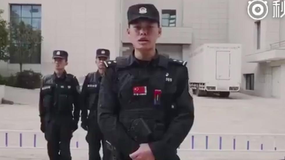 #Video Policía de China enseña cómo defenderse de un ataque con cuchillo - Captura de pantalla