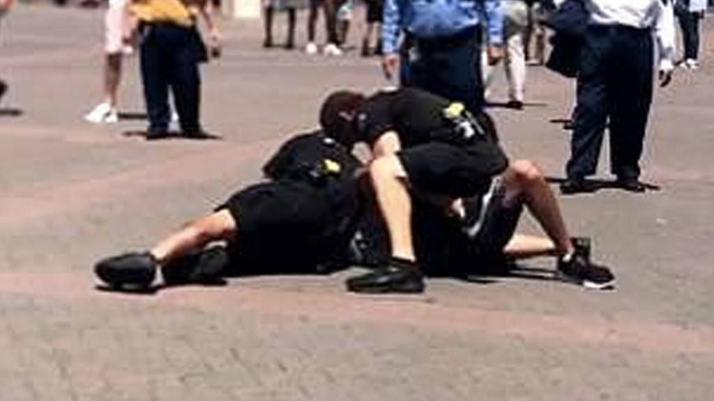 #Video Policías embisten a joven en Disneyland - Captura de pantalla