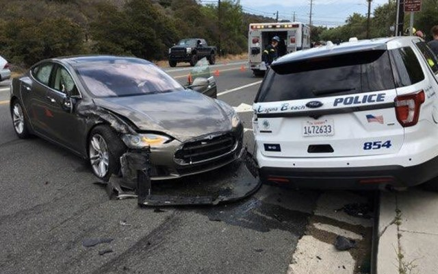 Auto Tesla choca contra patrulla en California - Foto de @LBPD_PIO_45