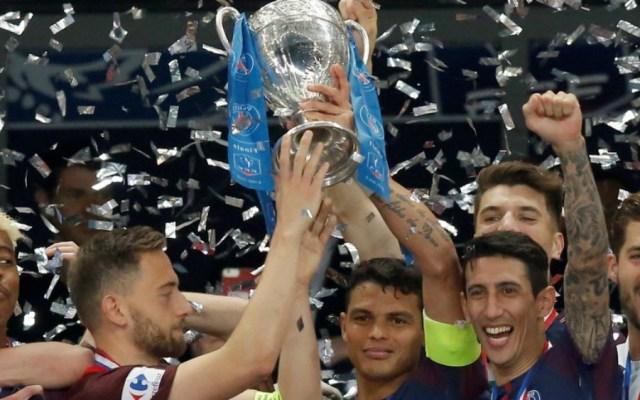 #Video PSG invita al capitán rival para levantar trofeo de Copa - Foto de Olé