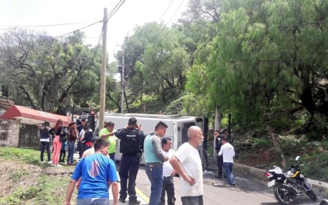 Volcadura de microbús deja ocho lesionados en Xochimilco - Foto de @MrElDiablo8