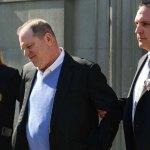Harvey Weinstein abandona estación de policía esposado