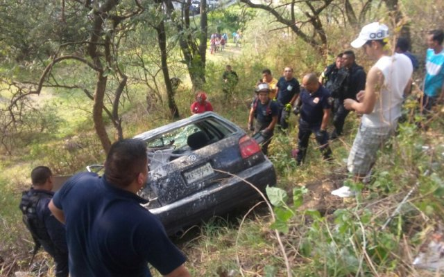 #VIDEO Auto cae a barranco en la Autopista Chamapa-Lechería - Foto de @BomberosNau