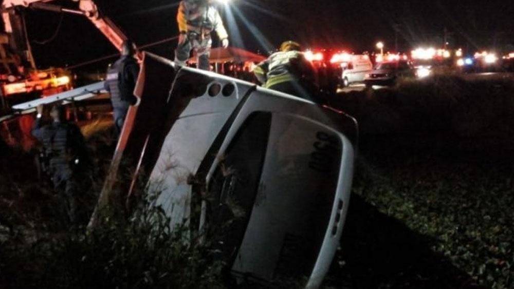Volcadura de camión deja siete muertos y 28 heridos en Jalisco