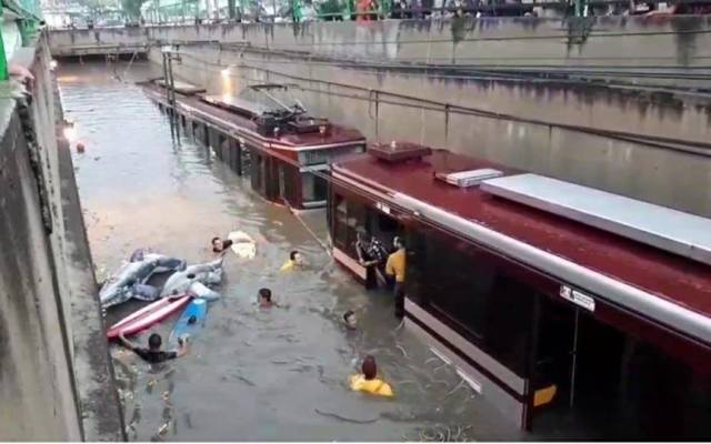 #Video Así rescataron a usuarios del Tren Ligero de anegación en Jalisco