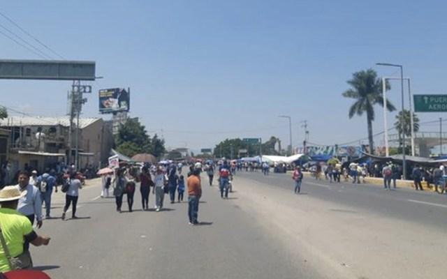 CNTE continúa bloqueo a aeropuerto y central de autobuses en Oaxaca