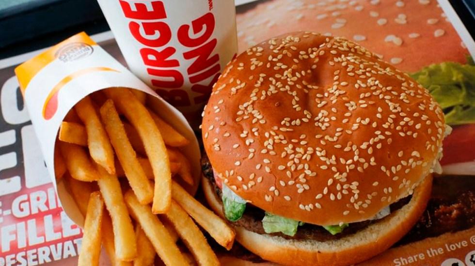 Multan a Burger King, McDonald's y Starbucks por uso de plásticos - Foto de AP