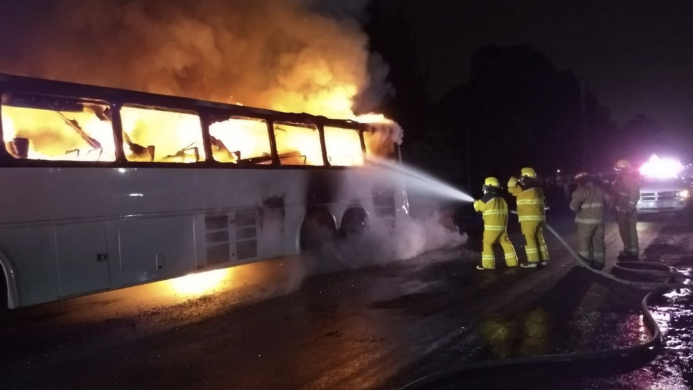 Se incendia camión de pasajeros en Puebla - Foto de @OroNoticias