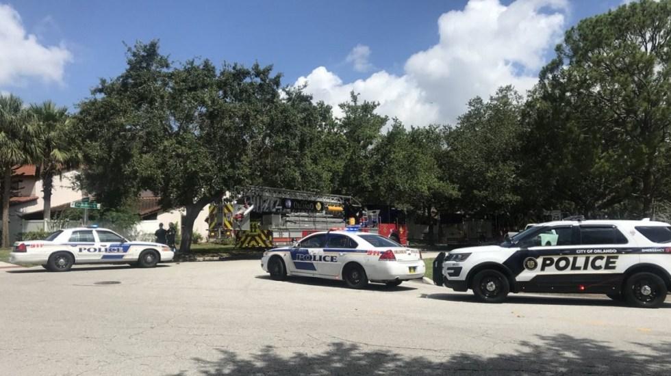 Policías y bomberos afuera del domicilio del hombre armado. Foto de  @WFLAMelissaM
