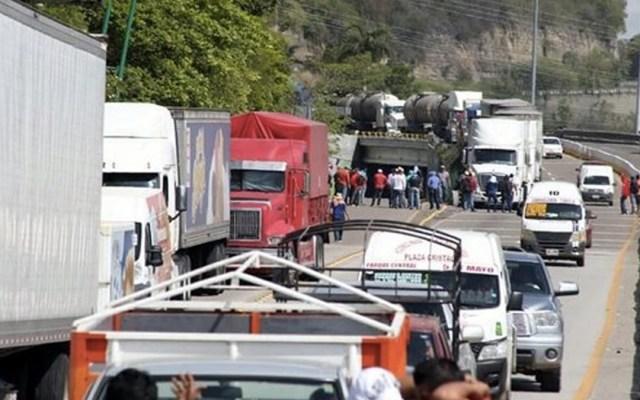 Maestros retienen camiones de empresas trasnacionales en Chiapas - Foto de Internet