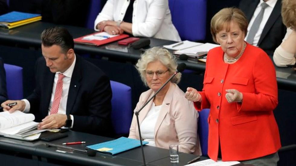 Merkel busca frente común con países afectados por aranceles de EE.UU. - Foto de AP