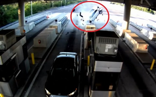 #Video Pasajero sale disparado tras choque contra caseta - Foto Captura de Pantalla