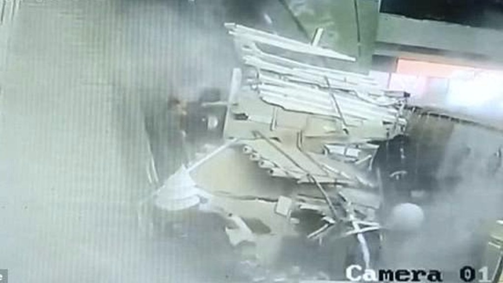 #Video Techo cae sobre turistas en China - Foto de Nine